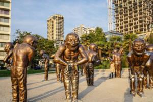 Vancouver: Goldene, lachende Skulpturen an der English Bay, Ecke Davie Street.
