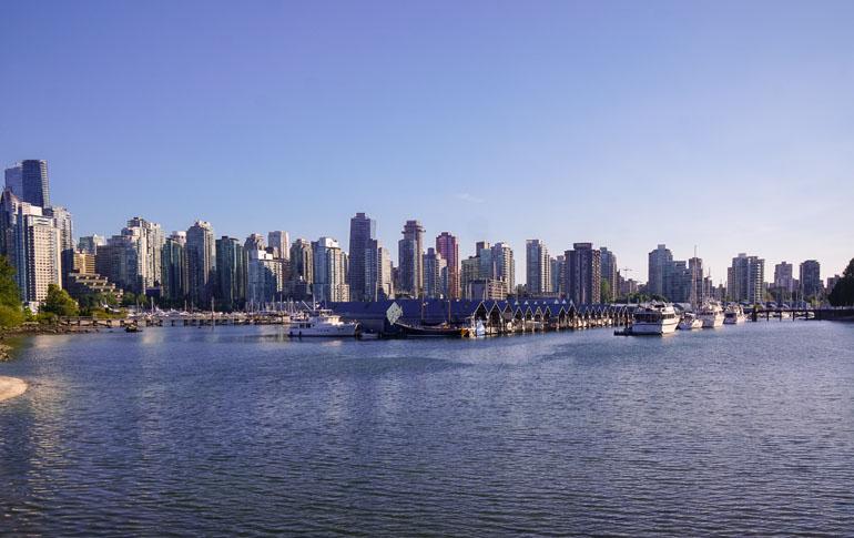 Blick vom Stanley Park auf Wasser und die Skyline von Vancouver.