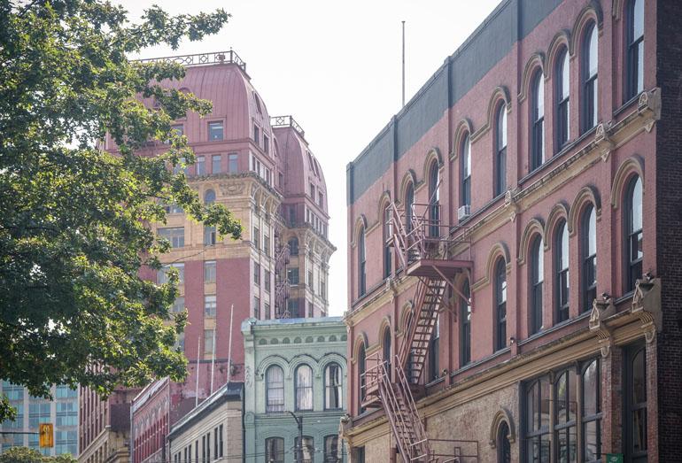 Vancouver: Bunte Häuserfassaden in Gastown