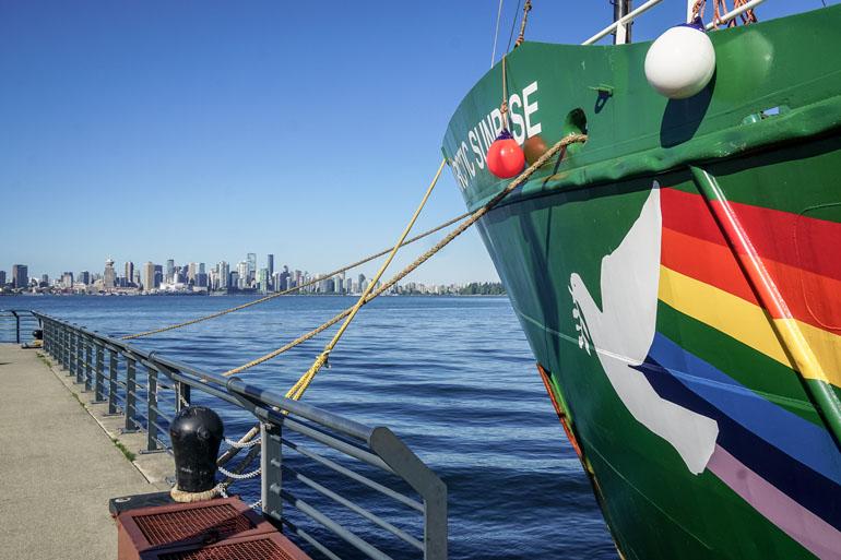 Vancouver: Buntes Greenpeace Schiff, dass am Hafen angelegt hat.