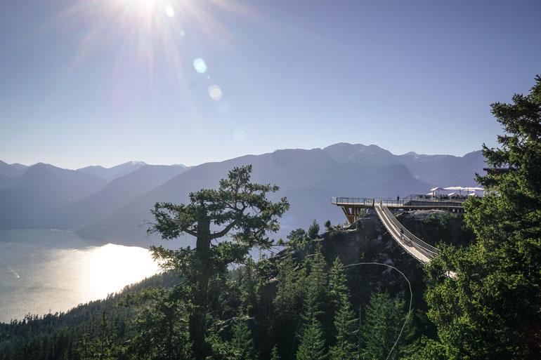 Vancouver: Blick vom Gipfel des Squamish auf Berge und Meer