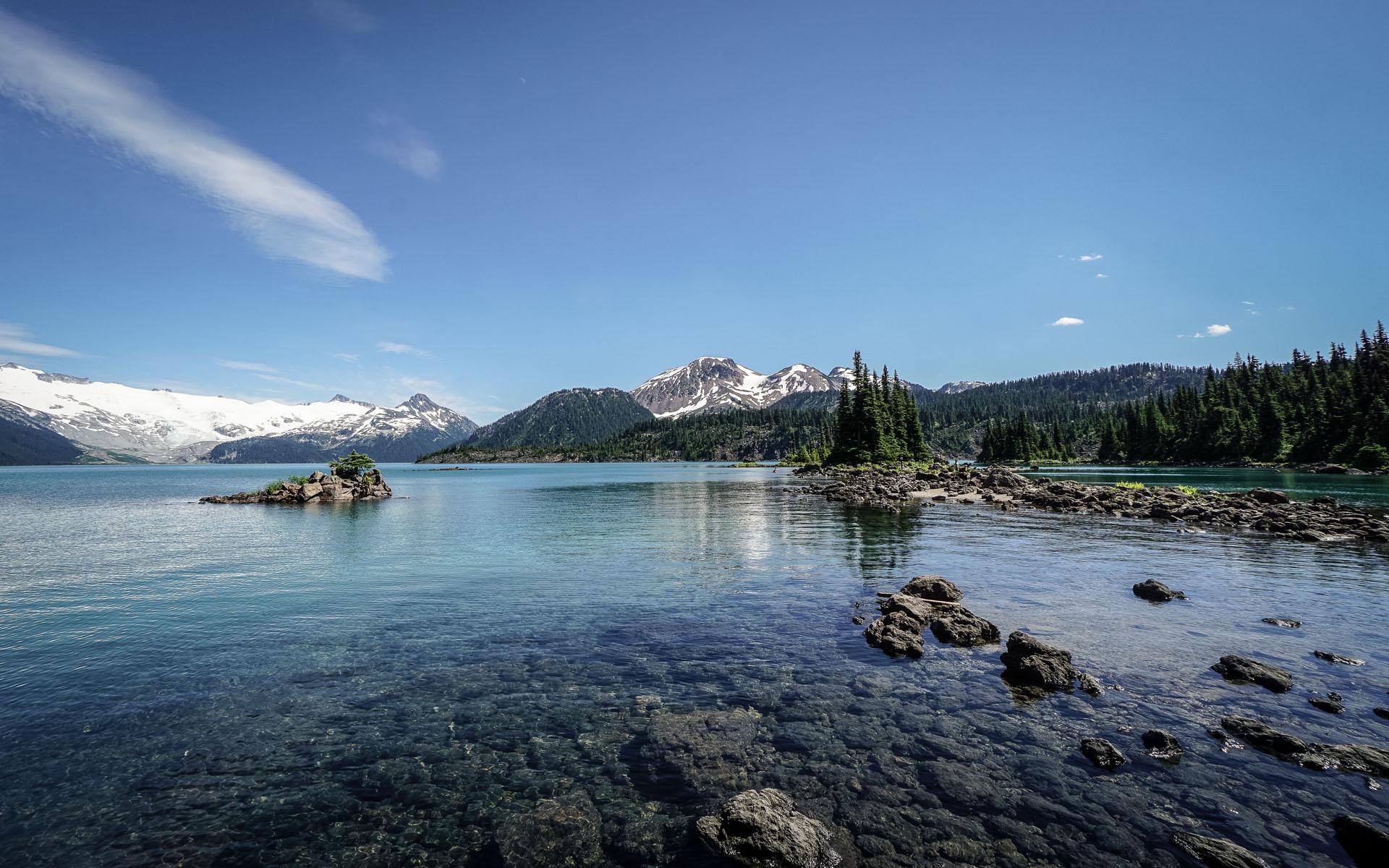 Vancouver: Blick über Wasser auf Berge