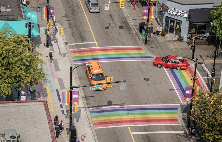 Vancouver: Bunte Zebrastreifen in Regenbogenfarben und Flaggen zieren die Davies Street.