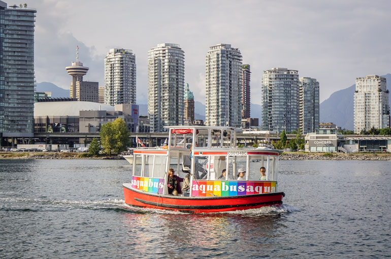 Vancouver: Ein bunter Aquabus fährt über das Wasser
