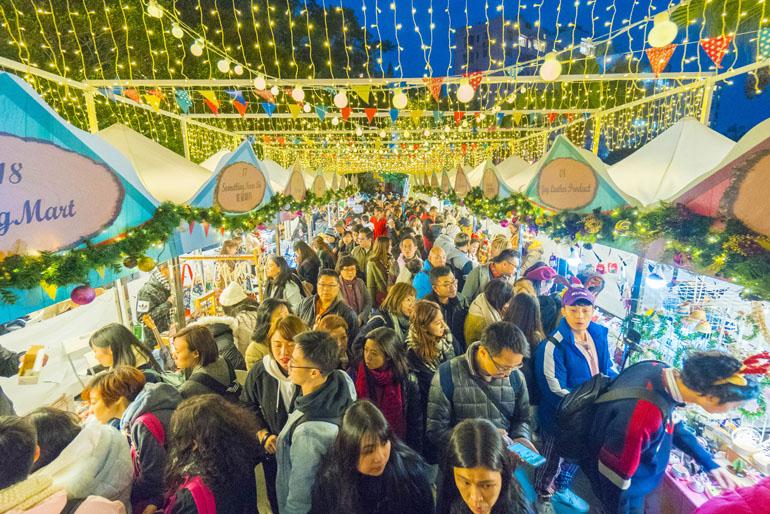 Geschäftiges Treiben am Hong Konger Weihnachtsmarkt
