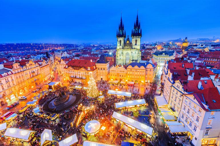 Vogelperspektive vom Prager Weihnachtsmarkt