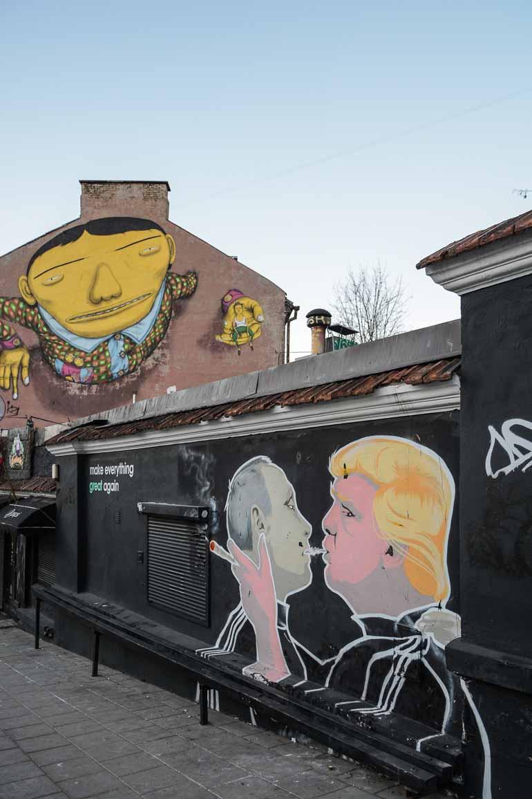 Ein Graffiti auf dem Putin und Trump abgebildet sind.