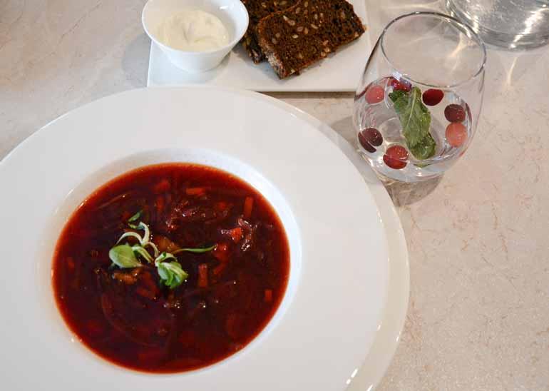 Rote Bete Suppe in einem Teller.