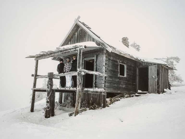 Eine schneebedeckte Hütte im Weihnachtsmanndorf in Finnisch Lappland