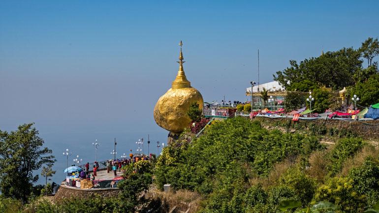 Myanmar: Aussicht auf Golden Rock, eine goldene Turmspitze.