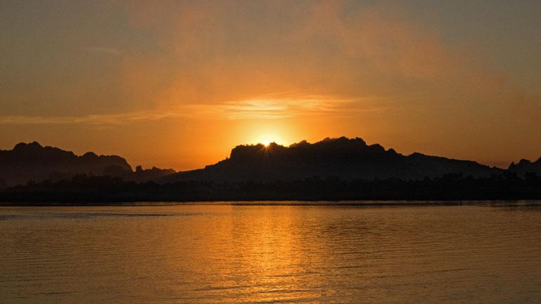 Myanmar: Sonnenuntergang hinter den Bergen.