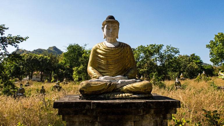 Myanmar: Buddha-Statue in einem Park.
