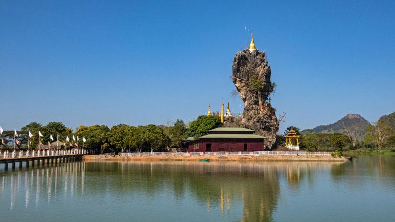 Myanmar: Ein Haus auf einer kleinen Insel mit einem riesigem Stein.