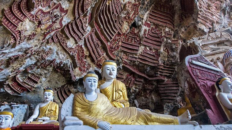 Myanmar: Wandmalereien und Buddha-Statuen.