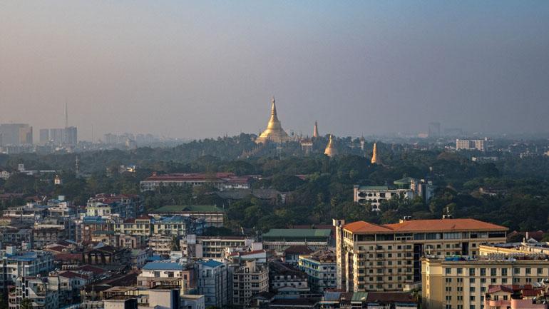 Myanmar: Aussicht von oben auf die Stadt.