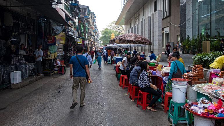 Myanmar: Seitenstraße mit Essensständen in Yangon.