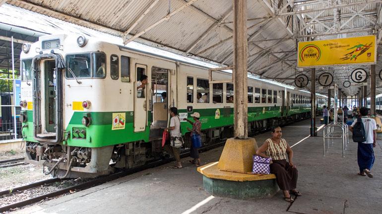 Myanmar: Zug am Bahnhof von Yangon.