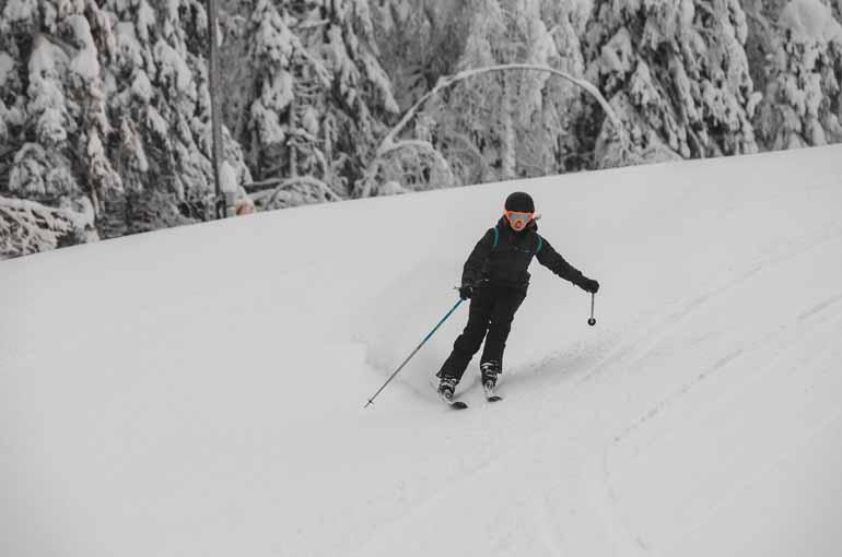 Eine Skifahrerin Finnisch Lappland.
