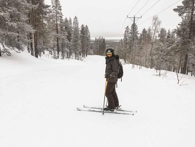 Eine Skifahrerin in Finnisch Lappland.