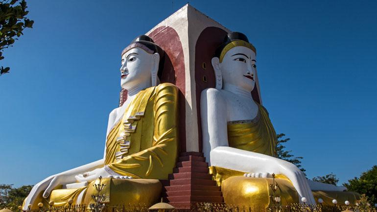 Myanmar: Steinsäule mit riesigen Buddhas.