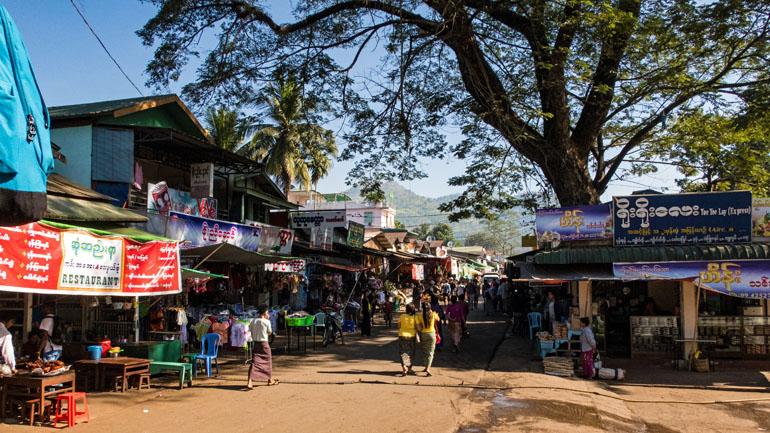 Myanmar: geschäftiges Zentrum mit Essenständen und Menschen.