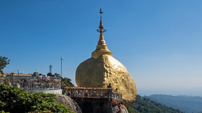 Die Plattformen am goldenen Felsen mit seiner goldenen Spitze bietet eine tolle Aussicht auf Kyaikto in Myanmar.