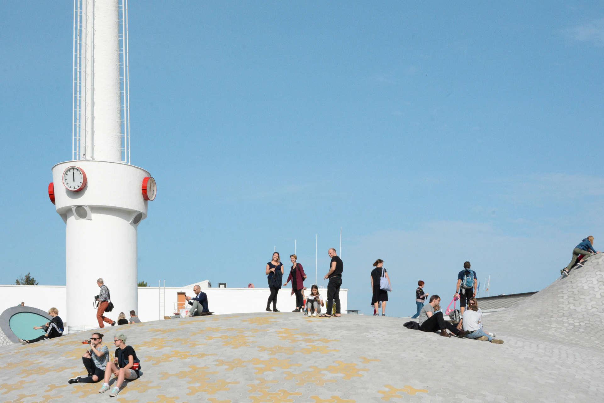 Helsinki: großer Platz mit Menschen