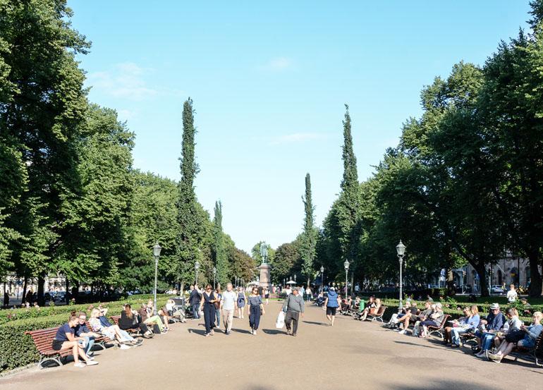 Helsinki: Breiter Weg durch einen Park mit vielen Menschen.
