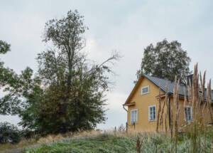 Helsinki: Gelbes Holzhaus auf einem kleinem Berg.
