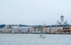 Skyline von Helsinki vom Wasser aus.