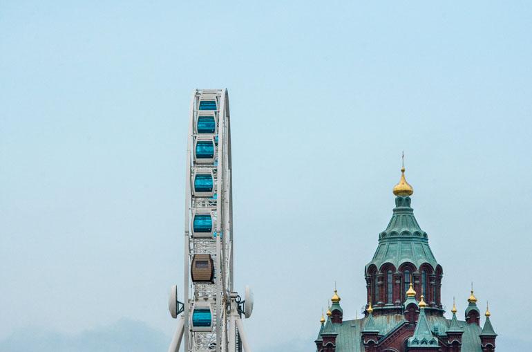 Die Upenski Kathedrale und eine Riesenrad zieren die Skyline Helsinkis.