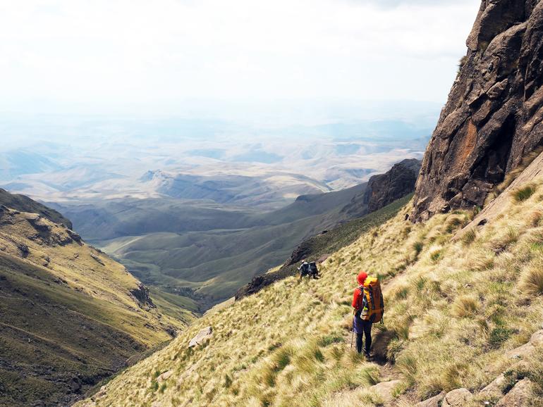 Südafrika Drakensberge: Drei Wanderer auf einem Weg nach Unten.