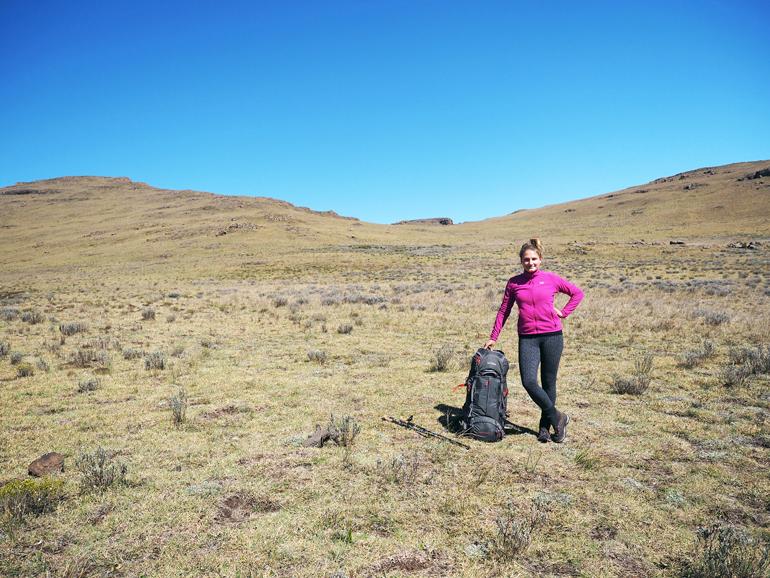 Südafrika Drakensberge: Frau mit Rucksack