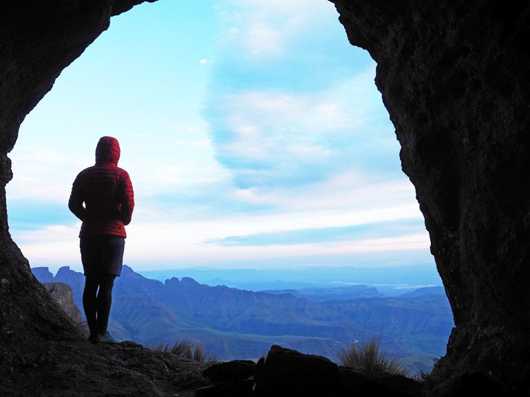 Südafrika Drakensberge:Eine Frau steht in einer Höhle.