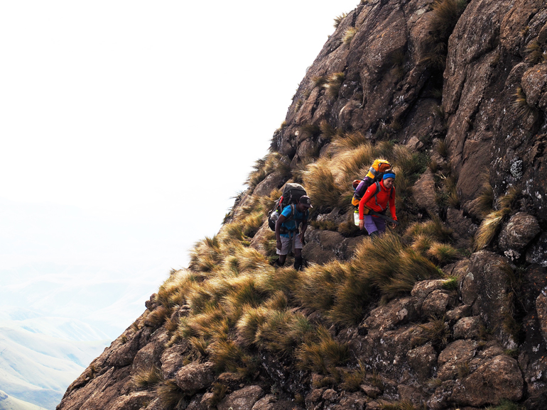 Südafrika Drakensberge: Zwei Wanderer auf einem Wanderweg.