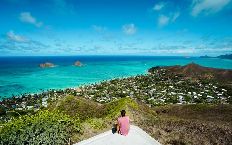 Wandern auf Hawaii: Panoramablick über Landschaften auf das Meer