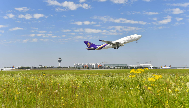 Günstig in der Luft: Flugzeug Thai Airways beim Start