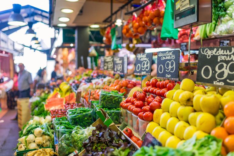 Lokale statt touristische Supermärkte: Obst und Gemüse
