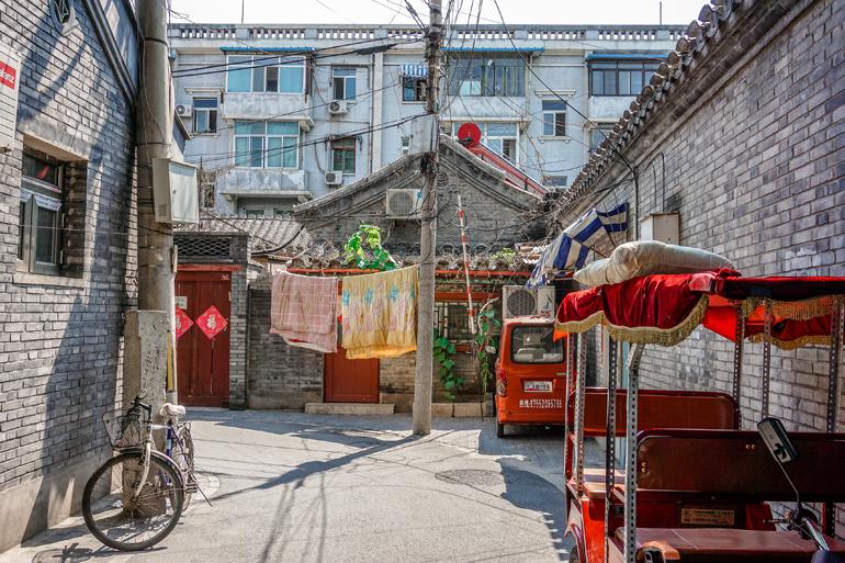 Gasse mit bunten Fahrzeugen in Peking
