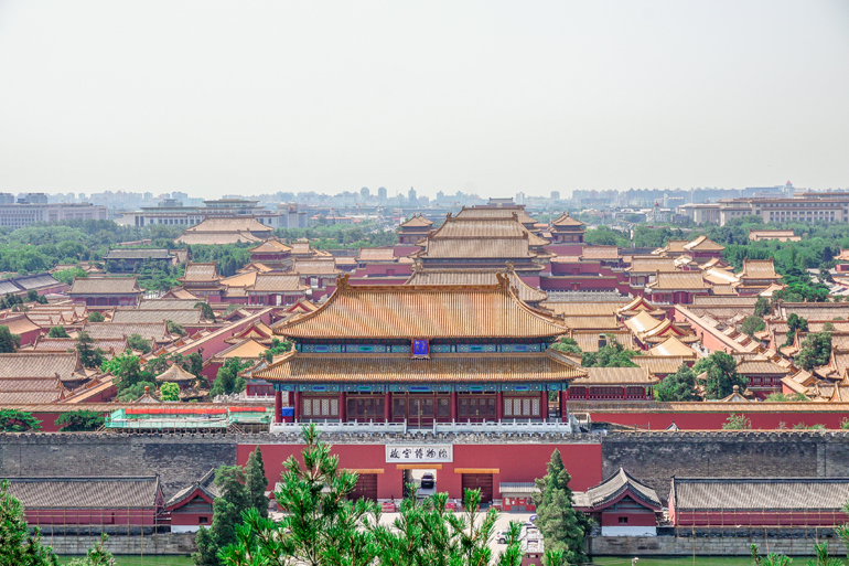 Peking: Blick vom Jingshan Hügel auf die Verbotene Stadt, bestehend aus chinesischen Palästen