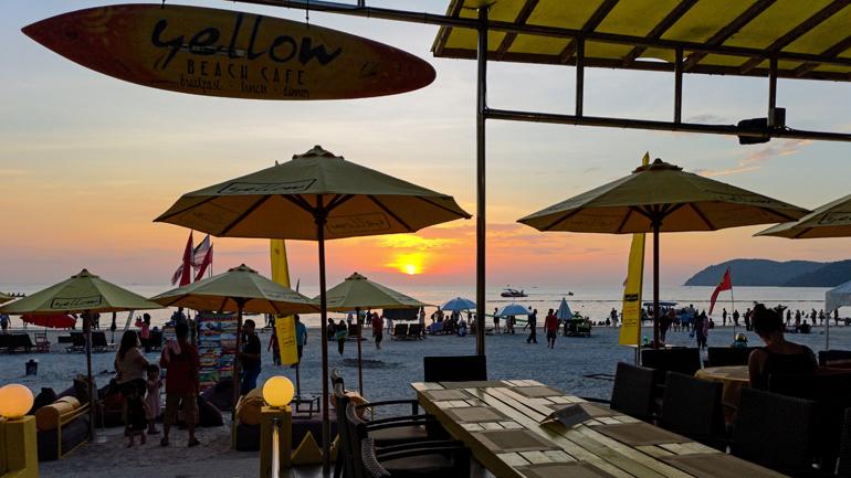 Malaysia: Sonnenuntergang an einem Strand aus einer Bar