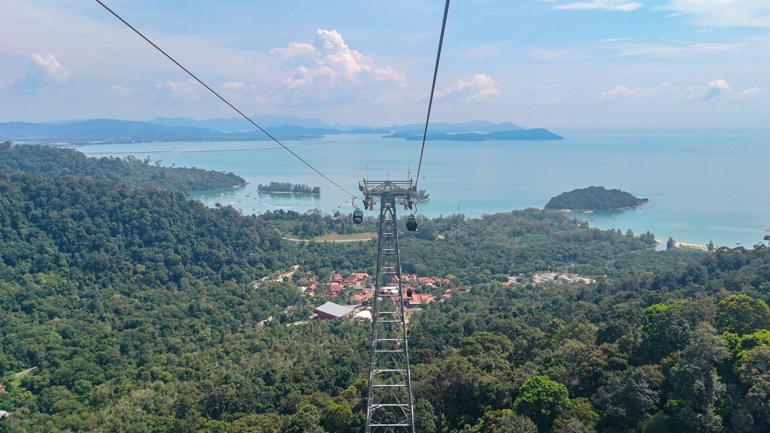 Malaysia: Eine Gondel von oben mit Blick auf das dahinterliegende Meer.