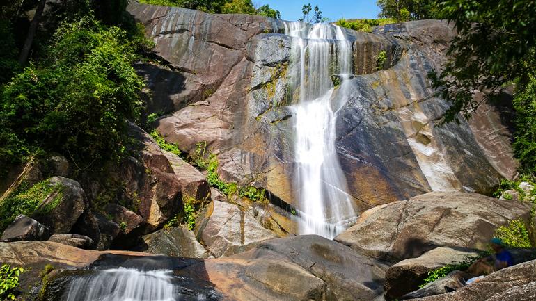 Malaysia: Wasserfall, der an einer Felswand herabfällt.
