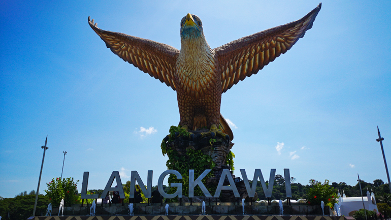 Malaysia: Adler Statue mit dem Schriftzug Langkawi darunter
