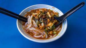Malaysia: Ein traditionelles Gericht mit Nudeln und Gemüse in einer Schüssel.
