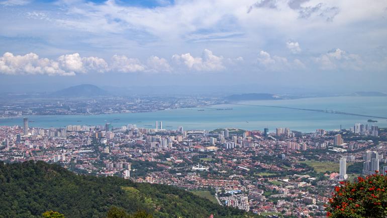 Malaysia: Aussicht vom Penang Hill auf George Town und das Festland.