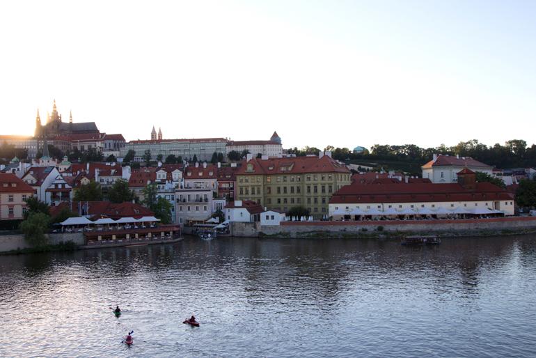 Die Prager Burg mit Wasser im Vordergrund.