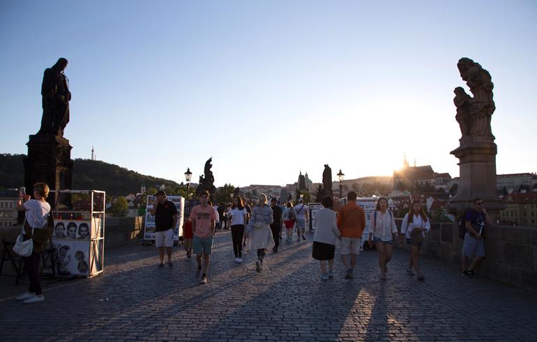 Die Prager Brücke mit viele Personen, die darüber gehen.