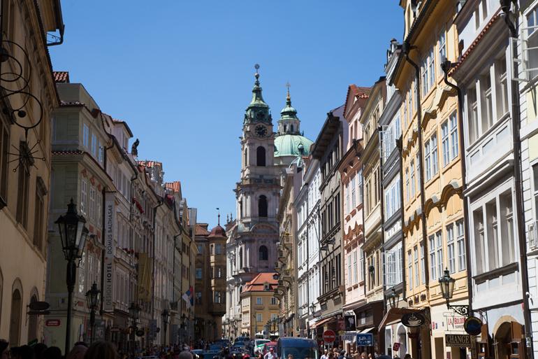 Eine kleine Gasse in der Prager Altstadt.