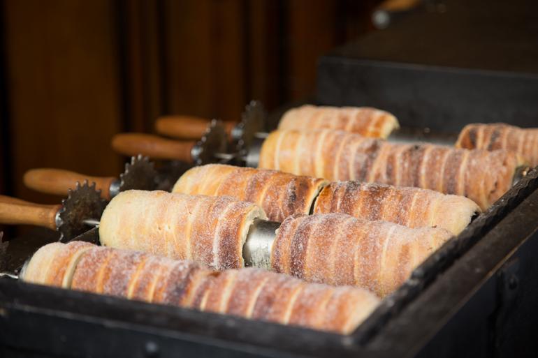 Baumstriezel mit Zimt und Zucker auf einem Blech.